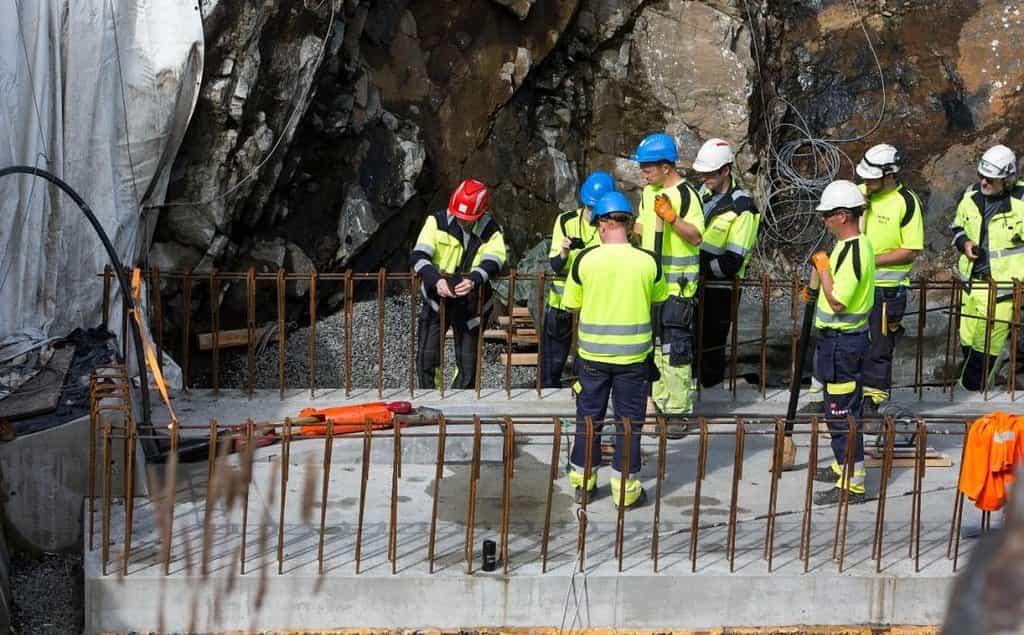 Hloubení tunelu ve skále v norském fjordu Vollesfjörd.