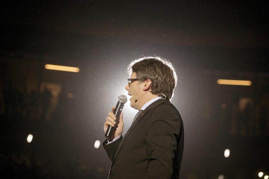 Carles Puigdemont – Premiérem Katalánska se stal vlastně náhodou. Na začátku roku 2016 nahradil Artura Mase, který byl nucen podat demisi, a jeho jméno vybrali zástupci rozhádaných separatistických stran v parlamentu jako kompromis. Z prakticky neznámého muže se brzy vyprofiloval výrazný hlas v boji Katalánska za nezávislost.