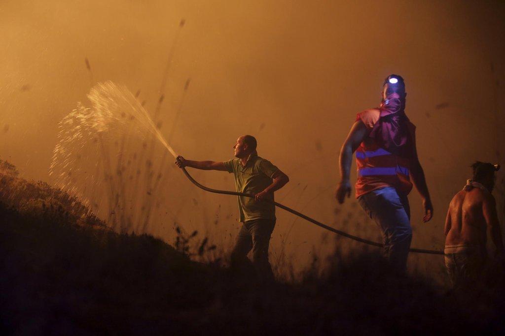 Dobrovolníci v boji s živlem u portugalského města Obidos