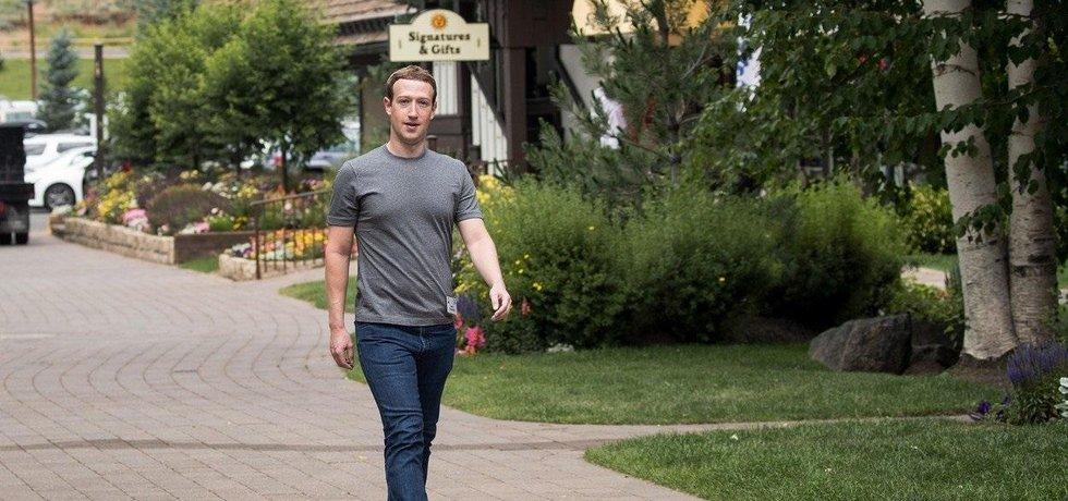 Mark Zuckerberg v roce 2017 v oblíbeném oblečení. Šedém tričku a džínách.