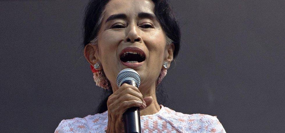 Zzhruba 80 procent hlasů připadlo Národní lize pro demokracii (NLD), jíž předsedá dlouholetá opoziční aktivistka Aun Schan Su Ťij