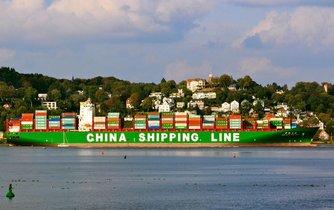 Čínská kontejnerová loď na řece Labi v Hamburku