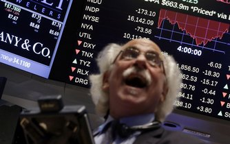 Obchodník Peter Tuchman sleduje index Dow Jones
