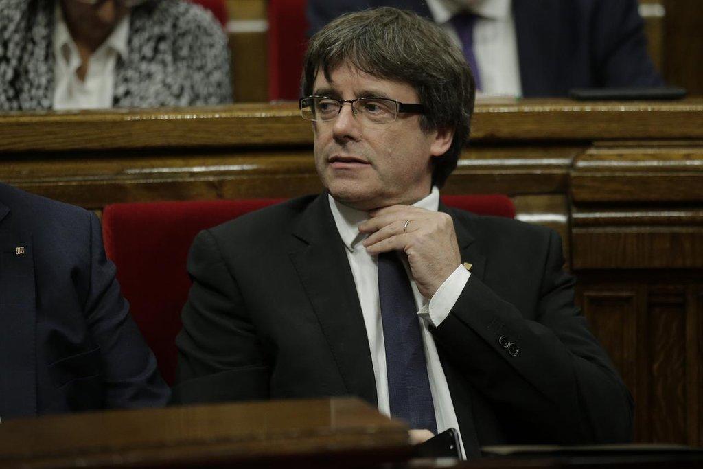 """Carles Puigdemont – Vhodit hlasovací lístek do urny při referendu zvládl i přesto, že školu v Geroně, kde chtěl původně odvolit, obsadili těžkooděnci, a jeho automobil dlouho pronásledoval policejní vrtulník. Puigdemont jej po výměně vozidel v tunelu setřásl. """"Výsledky referenda opravňují Katalánsko k tomu, aby se stalo nezávislým státem,"""" prohlásil Puigdemont jasně. Napřed však chce jednat s vládou v Madridu."""