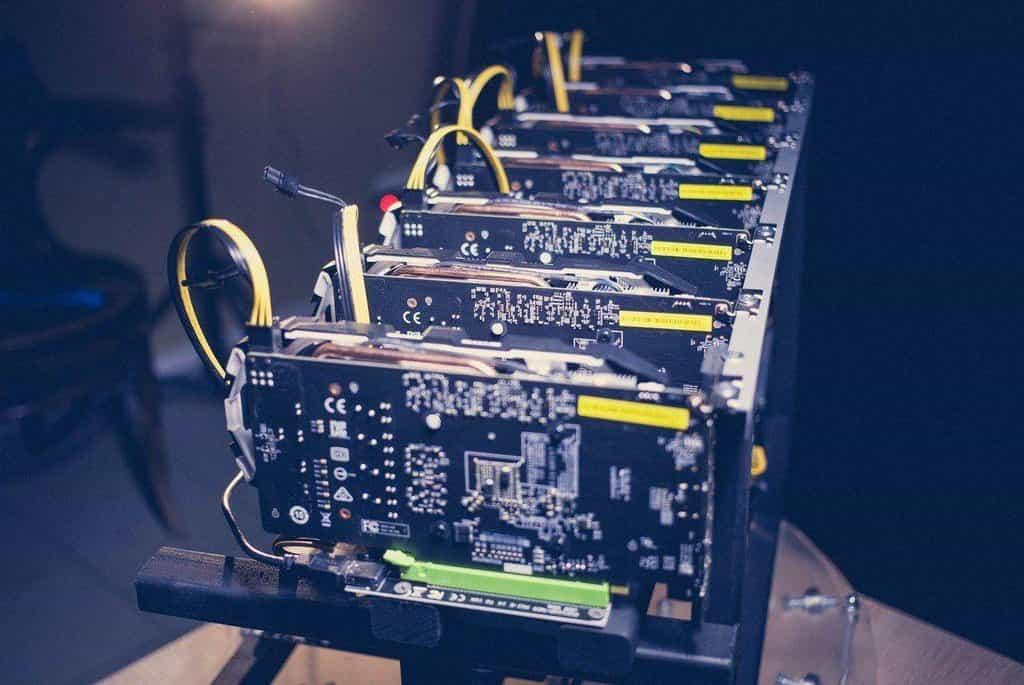 Počítačová sestava, takzvaný rig, pro těžbu kryptoměny, ilustrační foto