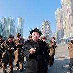 Kim Jong Un si rád s chutí zakouří. Musí ale mít první ligu. V jeho očích je to cigaretka od návrháře Yves Saint Laurent, balení za více než tisícovku.