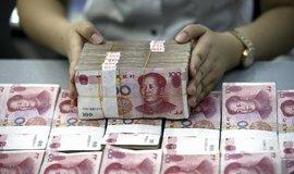 Bankovní úředník rovná peníze v čínské bance