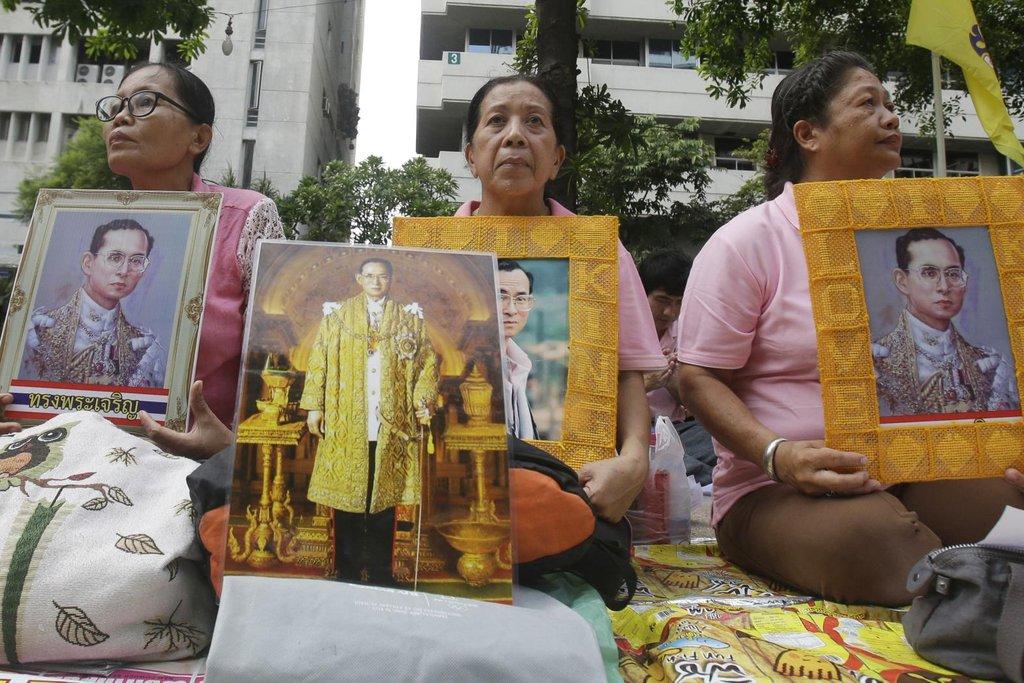 Portréty thajského krále u nemocnice v Bangkoku, kde Pchúmipchon Adundét zemřel