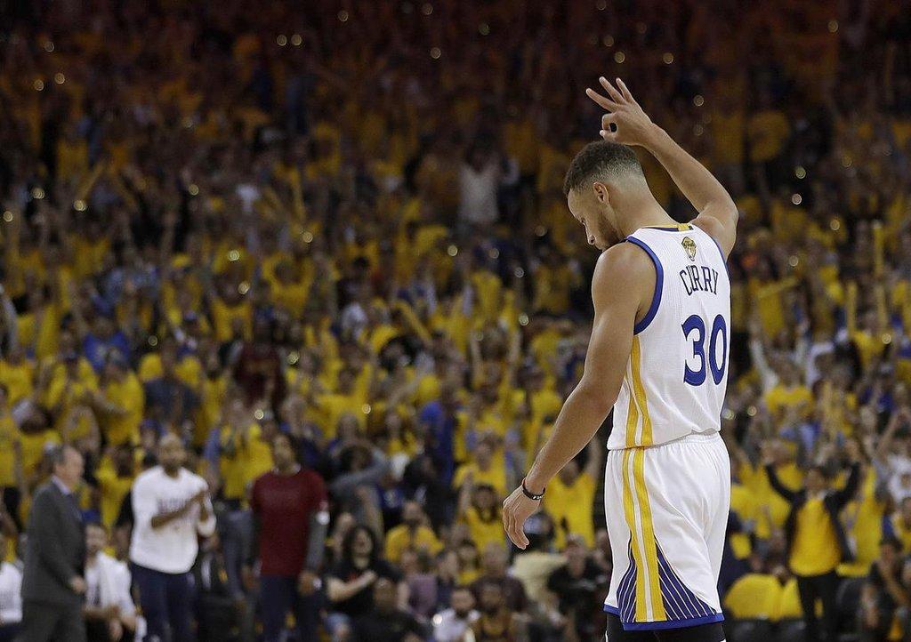 8. Stephen Curry (basketbal) – 47,3 milionu dolarů. Curry patří mezi světové nejlepší basketbalisty, přesto je s ročním příjmem 12,3 milionu dolarů až 85. nejlépe placeným. Svůj kontrakt totiž podepisoval ještě v dobách starého platového stropu, navíc po sezonách, kdy jej trápila zranění. Letos v létě bude ale volným hráčem a téměř jistě podepíše takovou smlouvu, díky které bude vydělávat přes 30 milionů dolarů ročně.