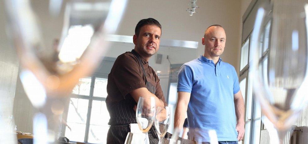 Kreativní střet světů. Na kurzy vaření Radka Kašpárka (vlevo) se přihlásil manažer Michal Šaňák (vpravo). Výsledkem je restaurace Field.
