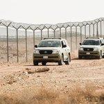 Na hranici jsou postaveny dva ploty s ostnatým drátem, které jsou od sebe vzdáleny 100 metrů.