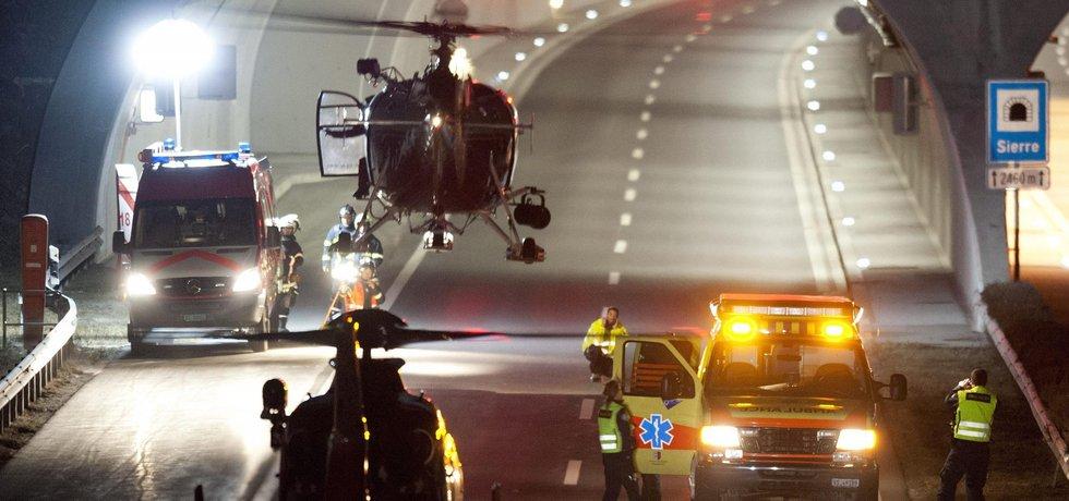 Záchranáři míří k tunelu, kde došlo k nehodě