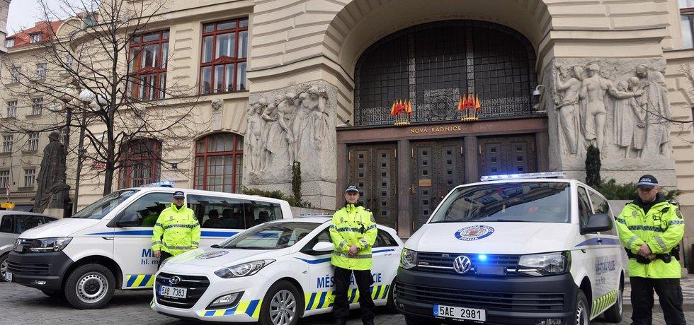 Magistrát a městská policie jsou zajedno. Policejní auto může mít v technickém průkazu napsáno, že je osobní s vestavěným majákem.