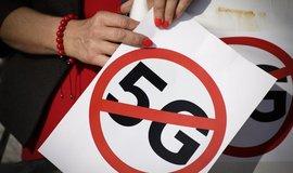 Protesty proti 5G nabírají na síle. Odpůrci se obávají škodlivého záření a rakoviny