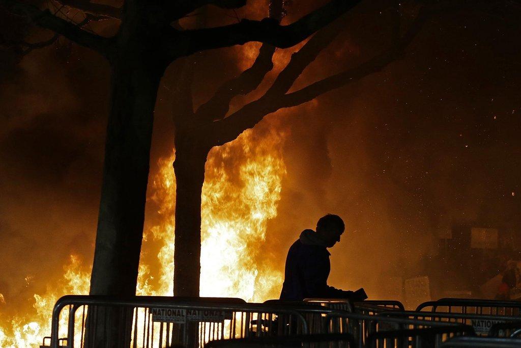 Akademického ducha narušil oheň a železné tyče. Policie musel areál univerzity uzavřít.