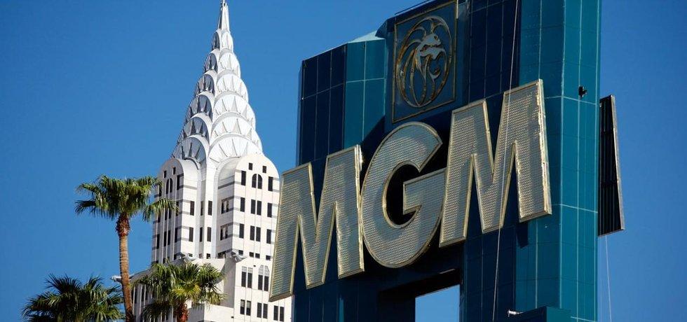 Logo společnosti MGM na budově v Las Vegas