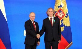 Ruský prezident Vladimir Putin udělil Puškinovu medaili  písničkáři Jaromíru Nohavicovi