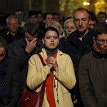 Okolí Notre-Dame bylo plné přihlížejících a podle přítomných reportérů se místy ozývaly výkřiky zděšení, jinak lidé zkázu sledovali hlavně mlčky