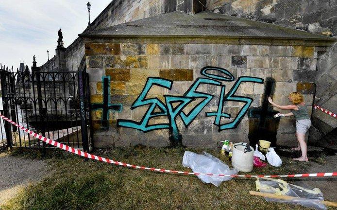 Graffiti na Karlově mostě