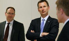 Jeremy Hunt (uprostřed) nahradí Borise Johnsona ve funkci britského ministra zahraničí