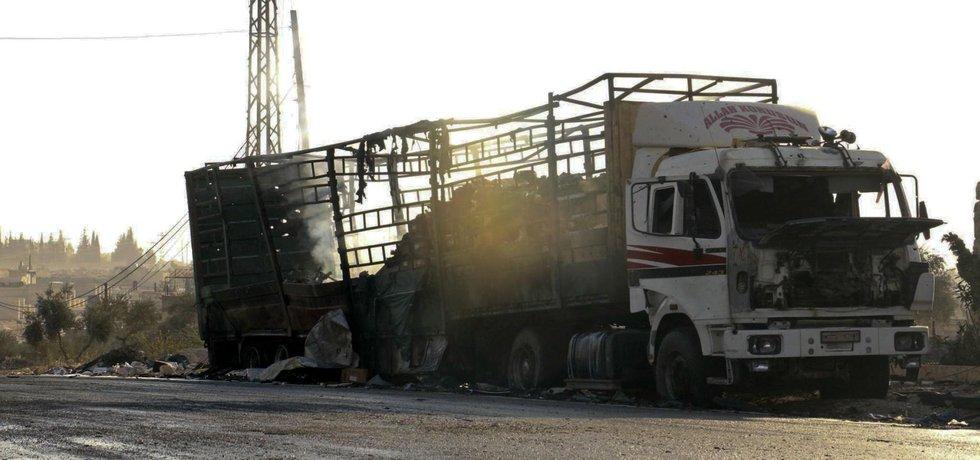 Zničený nákladní vůz humanitárního konvoje u syrského Aleppa