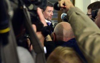 David Rath před soudní síní, kde začíná obnovený proces v korupční kauze