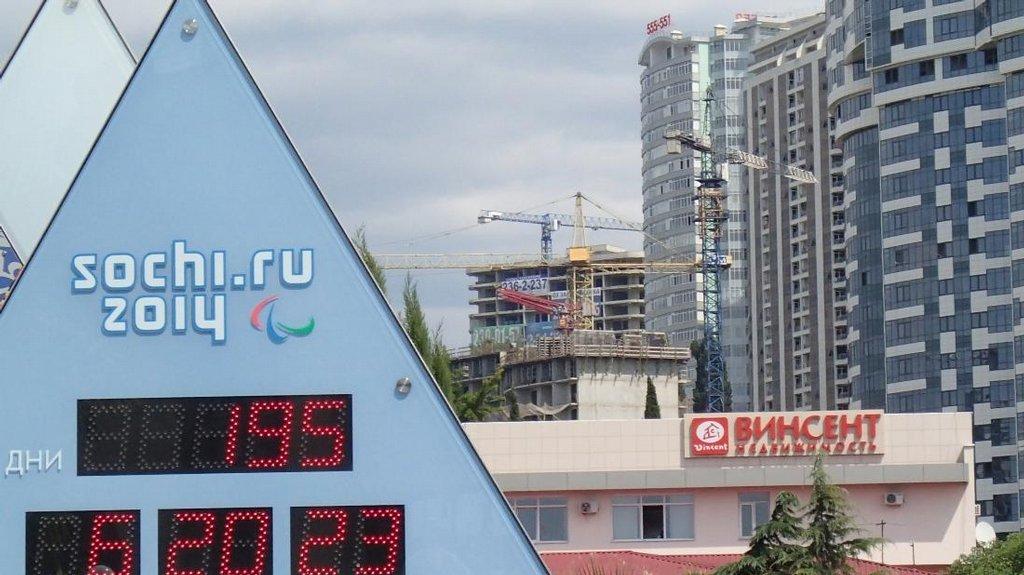 Město Soči už odpočítává čas do začátku olympiády v únoru 2014. Mezitím se horečně staví.