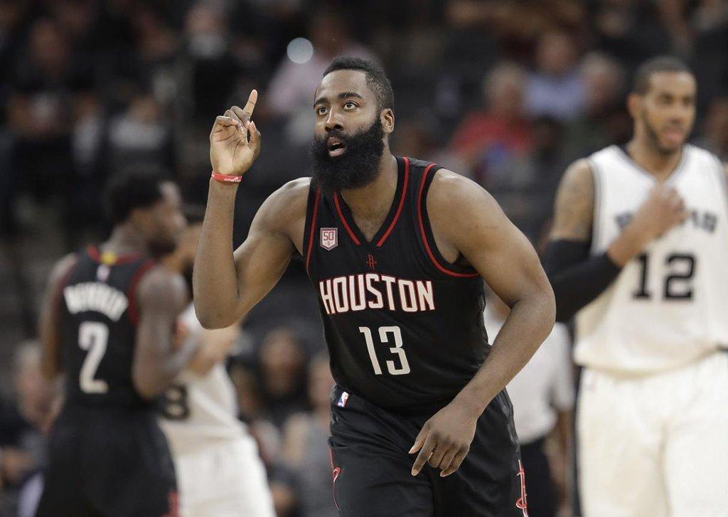 9. James Harden (basketbal) – 46,6 milionu dolarů. Vyjednávání úprav ve stávajícím kontraktu není v NBA úplně běžná praxe, Hardenovi se však díky tomu zvýšil roční příjem o deset milionů dolarů. Velmi si jej cení i Adidas, který z něj udělal svou největší tvář v NBA.