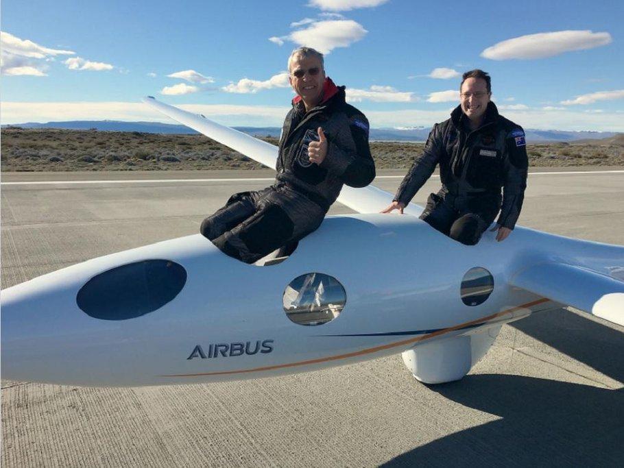 Pilot Jim Payne a kopilot Morgan Sandercock na letišti Comandante Armando Tola v El Calafate vArgentině.