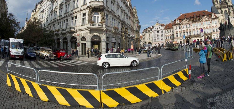 Takzvané city bloky jsou umístěny u ústí Pařížské ulice na náměstí