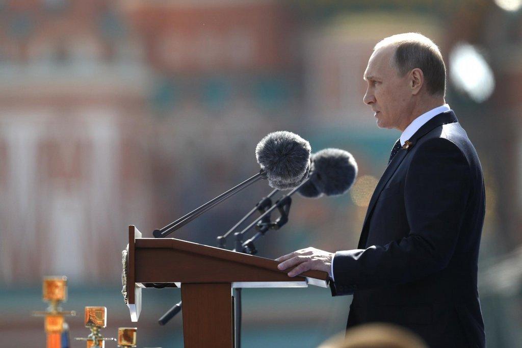Ruský prezident Vladimir Putin při zahájení vojenské přehlídky na Rudém náměstí