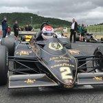 Vůz Lotus 91/7 se startovním číslem 2 dnes pilotuje japonský jezdec Katsuaki Kubota.