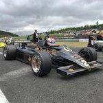 Za vozem Lotus je vidět křiklavě žlutou formuli Fittipaldi F5A, s níž kdysi závodil tým slavného jezdce Emersona Fittipaldiho.