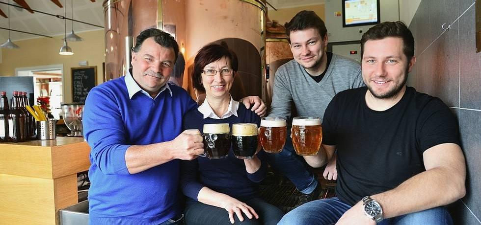 Rodina Husákových, spolumajitelů Rodinného pivovaru Zichovec. Svým jménem nepojmenovala firmu, ale pivo po svém prapředku, kterým byl rychtář Krahulík.