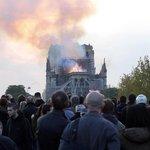 Při požáru přišla katedrála Notre-Dame o svou štíhlou věž, propadla se celá střecha a plameny zachvátily i jednu ze známých hranatých čelních věží