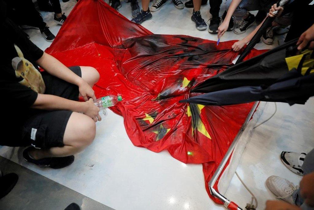Happening aktivistů v obchodním centru odnesla čínská vlajka.