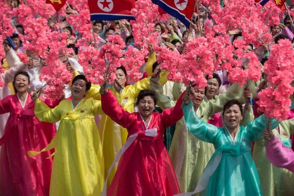 Tyto ženy do Kim Čong Unovy jednotky slasti nepatří. I ony ale svého vůdce milují, či to alespoň předstírají.