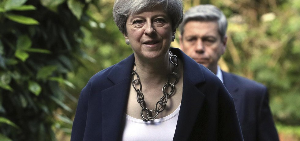 Pozice britské premiérky Theresy Mayové se po předčasných volbách neustále oslabuje
