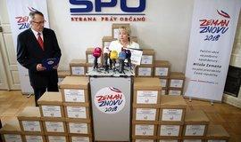 Manželka Miloše Zemana Ivana s podpisy, které mají současnému prezidentu umožnit znovu kandidovat