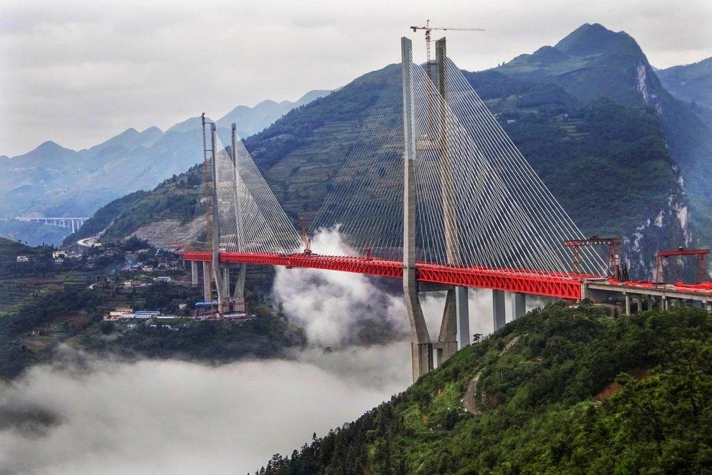 Rozestavěný nejvyšší most na světě Pej-pchan-ťiang na jihozápadě Číny v provincii Kuej-čou (Zdroj: profimedia.cz)