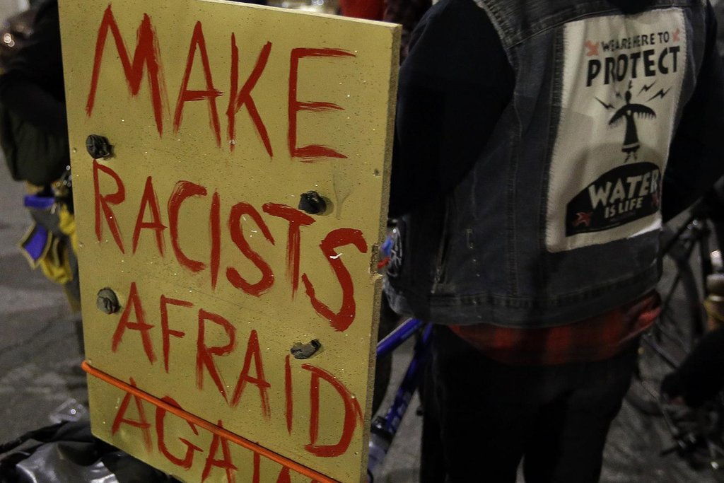 Nechť se rasisté opět bojí, stojí na transparentu jednoho z demonstrantů.