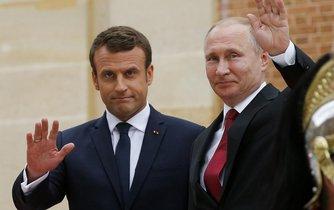 Francouzský prezident Emmanuel Macron a jeho ruský protějšek Vladimir Putin