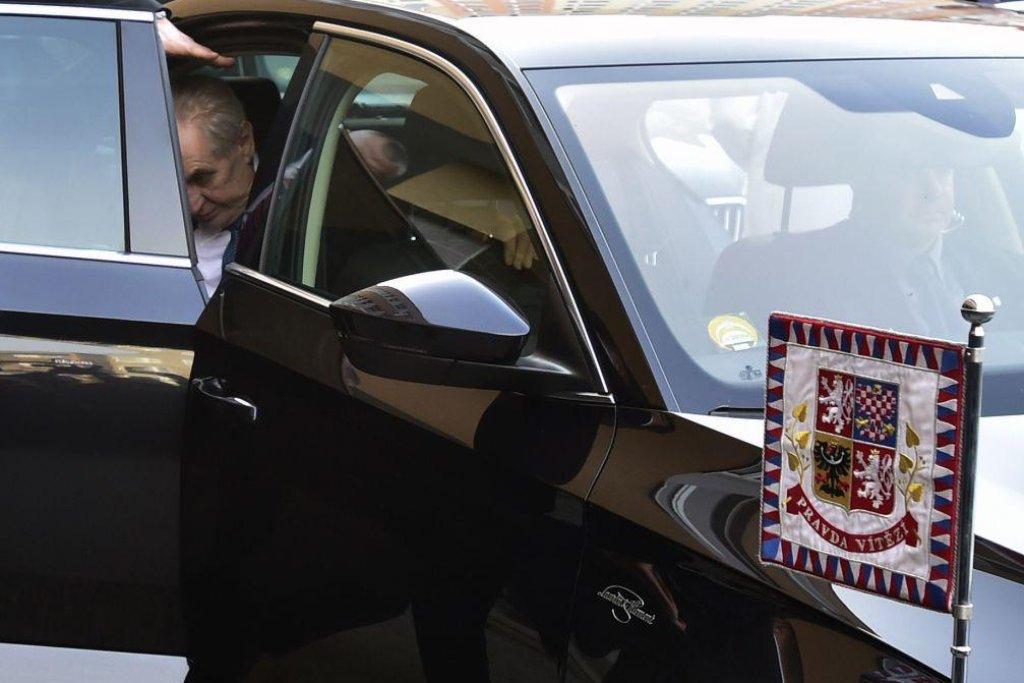 Miloš Zeman přijíždí k volbám