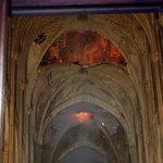 V katedrále Notre-Dame sice začalo hořet v oblasti střechy, zasaženy tak byly nejprve pozdější prvky stavby, a ne to nejcennější