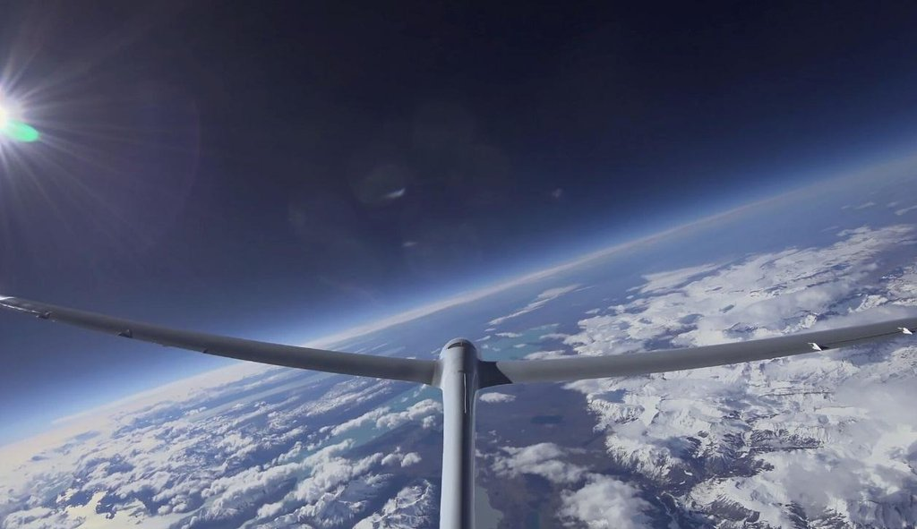 Kluzák Airbus Perlan II bez motoru dosáhl výšky 52 tisíc stop (15 900 metrů).
