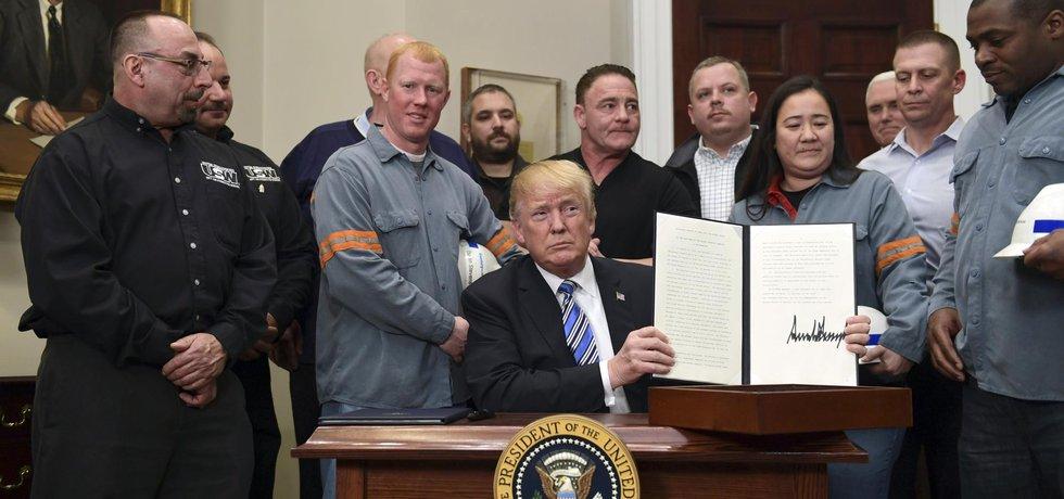 Trump podepsal dekret o zavedení cel na ocel a hliník