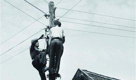 Elektrifikace nabrala za první republiky svižné tempo. Zatímco v roce 1914 byla k elektrické síti připojena třetina obyvatel Čech a Moravy, v roce 1937 to bylo již 90 procent