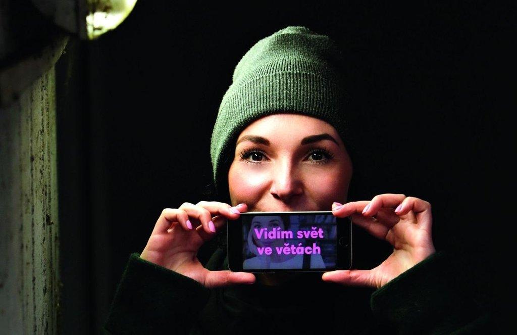 Emoce rozhoduje. Jak říká Michaela Losekoot, důležité je najít příběh a emoci, kterou chce firma předat. Od toho se odvíjí, jakým jazykem bude mluvit k zákazníkům nebo jak budou vypadat její fotky.