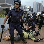 Hongkongská policie zasáhla proti demonstrantům slzným plynem a vodními děly