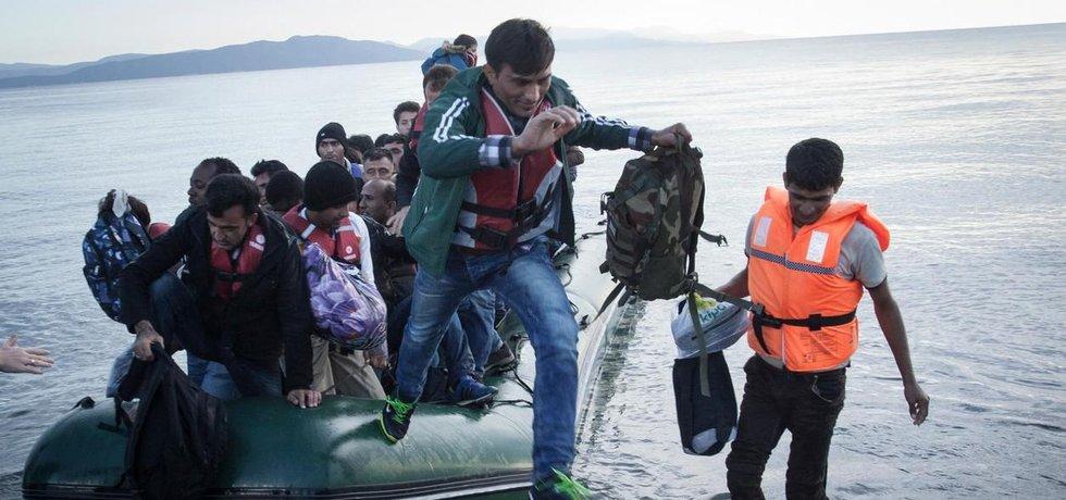 Uprchlíci riskují náročnou a nebezpečnou cestu přes Středozemní moře. Mnoho z nich ji zaplatí životem. Těmto se dosáhnout vytoužených evopských břehů podařilo.